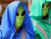 Two extraterrestrial landed on the ground with large eyes — Stock Photo