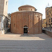 Romanesque church named Rotonda di San Lorenzo in Mantua in Ital — Stock Photo