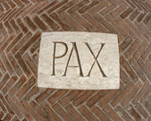 Inschrift Pax als Symbol des Friedens auf einer Plakette 1 — Stockfoto