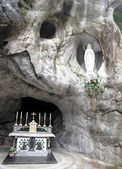 Statue of the Virgin Mary in the grotto of Lourdes attracts many — Stock Photo