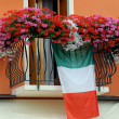 Balcony with Geraniums and the Italian flag — Stock Photo