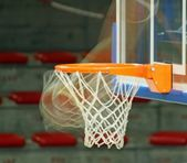 Basketball while enters the basket — Stockfoto