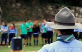 Chief scout with the typical Hat while controlling their kids — Foto de Stock