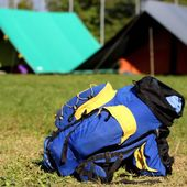 Single backpack in the campsite — Foto Stock