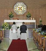 Church during the rite of marriage with a yellow rose and the br — Stock Photo