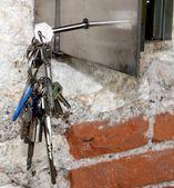 Colgar llaves y una caja fuerte de acero — Foto de Stock