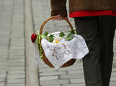 Basket with dish covered with a placemat and a rose — Stock Photo