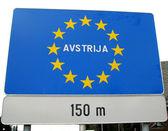 Blauw bord met gele sterren van de europese grens austrija 1 — Stockfoto