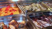Bandejas de acero con muchos buenos alimentos en un restaurante 1 — Foto de Stock
