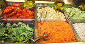 Ocelové zásobníky s čerstvou zeleninou v samoobslužné restauraci 1 — Stock fotografie