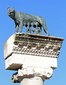 Ancient Capitoline Wolf above the Roman column while suckling Ro — Stock Photo