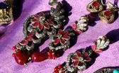 红色石头耳环供出售跳蚤市场和古事 — 图库照片