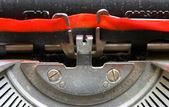 черные и красные ленты итальянского механическая пишущая машинка — Стоковое фото