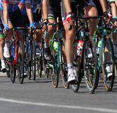 Group of cyclists ride uphill vigorously during the cycling race — Foto Stock