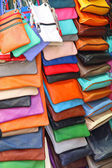 Many colored leather handbags on sale in the shop — Stock Photo