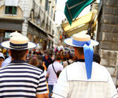 Two gondoliers waiting for reviews in Venice near Rialto Bridge — Stock Photo