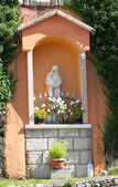 Votive capitals with the statue of the madonna in the village — Stock Photo