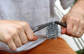 Skilled craft produces a chainmail with clamp — Stock fotografie