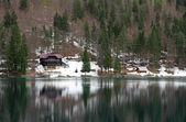 Jezero fusine s chatou na břehu — Stock fotografie
