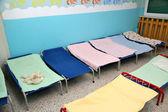 Barnsängar och barnhagar i färgglada sovsal i en barnkammare — Stockfoto