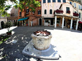 Well in the square of the Jewish ghetto of Venice — Stock Photo