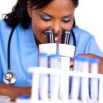 médico feminino trabalhando com um microscópio — Foto Stock