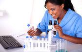 実験室で働く科学の若い女性 — ストック写真