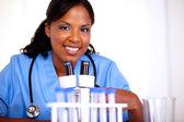 アフリカ系アメリカ人の看護師の女性を見て — ストック写真