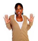 Překvapený mladá žena s rukou nahoru — Stock fotografie