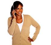 Mulher jovem sorridente, falando no celular — Fotografia Stock