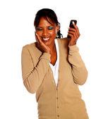 Mooie vrouwelijke spreken op mobiel — Stockfoto