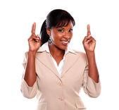 молодая женщина исполнительного пересечения пальцы — Стоковое фото