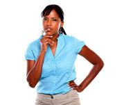 青いシャツに物思いにふける若い黒人女性 — ストック写真