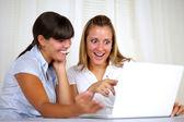 Förvånad arbetare kvinnor läser på laptop skärm — Stockfoto