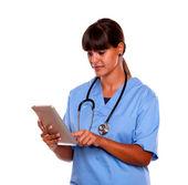 Giovane infermiera professionale utilizzando il suo tablet pc — Foto Stock