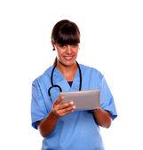 Lächelnd Ärztin/Arzt mit ihrem Tabletpc — Stockfoto