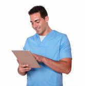 Sevimli hemşire adam onun tablet pc ile çalışma — Stok fotoğraf