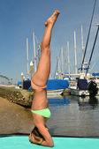 Ona yoga yaparken kadın — Stok fotoğraf