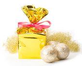 рождественский подарок и шары — Стоковое фото