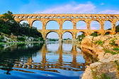 Pont du gard vista con riflessione di fiume, francia — Foto Stock