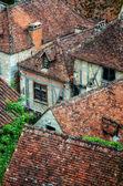 Alte dorf-detail der häuser mit ziegel-dächer und fenster — Stockfoto