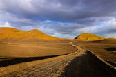 Road with the horizon in Landmannalaugar mountains — Zdjęcie stockowe