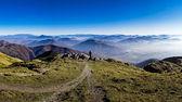 Силуэт мужчины, с видом на туманных гор — Стоковое фото
