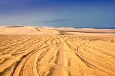 Stopy pneumatik v písku pouště — Stock fotografie