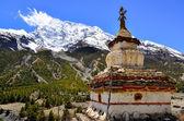 Mening van de berg van de himalaya met boeddhistische kapel stoepa — Stockfoto