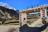Vstupní brána s úvodní znak, manang, nepál — Stock fotografie