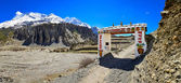 панорама входные ворота с обнадеживающим знаком, мананг, непал — Foto Stock