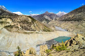 Lago e vette dei monti himalaya — Foto Stock