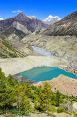 Vrcholky hor himaláje a jezero v popředí — Stock fotografie