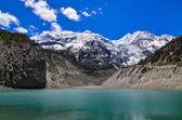 Vrcholky hor himaláje a jezero - jezero gangapurna — Stock fotografie